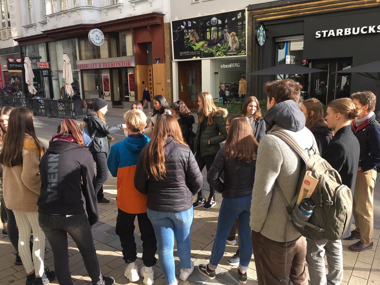 Menschen beim Stadtrundgang