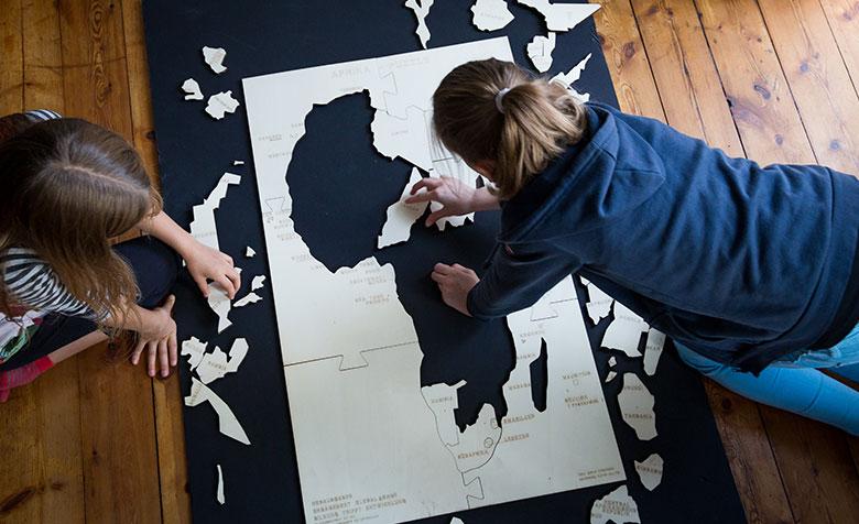 Kinder bauen das Afrika-Puzzle